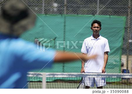 テニスをする男性とコーチ 35090088