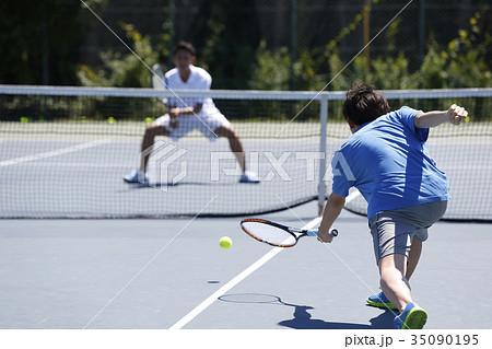 テニスをする男性 35090195