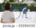 テニスコートにいる男女 35090430