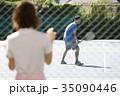 テニスコートにいる男女 35090446