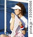 テニスコートにいる女性 35090466