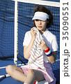 テニスコートにいる女性 35090551