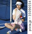 テニスコートにいる女性 35090554