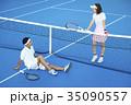 テニスコートにいる男女 35090557