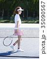 テニスコートにいる女性 35090567