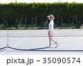 テニスコートにいる女性 35090574
