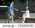 テニスコートにいる男女 35090583