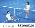 テニスコートにいる男女 35090589