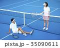 テニスコートにいる男女 35090611