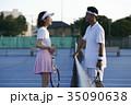 テニスコートにいる男女 35090638