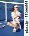 テニスコートにいる女性 35090666