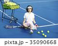 テニスコートにいる女性 35090668