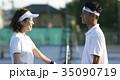 テニスコートにいる男女 35090719