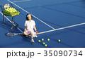 テニスコートにいる女性 35090734