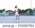 テニスコートにいる女性 35090764