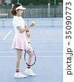 テニスコートにいる女性 35090773