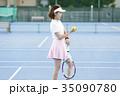 テニスコートにいる女性 35090780