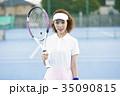 テニスコートにいる女性 35090815