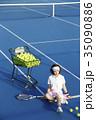 テニスコートにいる女性 35090886