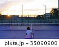 テニスコートにいる女性 35090900