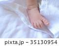 新生児の右足 初めての布の感触 35130954