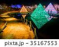 あしかがフラワーパークのイルミネーション 光のピラミッドで写真を撮る人 35167553