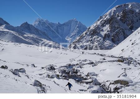 タムセルクとカンテガを眺めながら、ゴーキョとマッチェルモ間を歩くトレッカー(ネパール・エベレスト街道 35181904