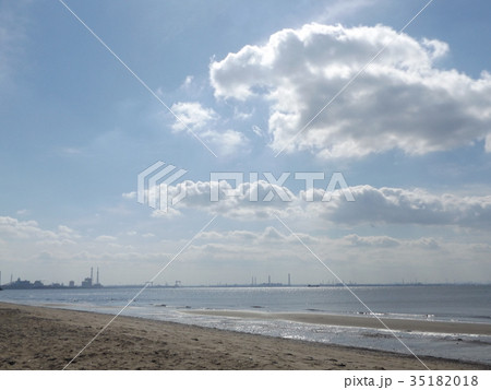 稲毛海岸の秋の青空に白い雲 35182018