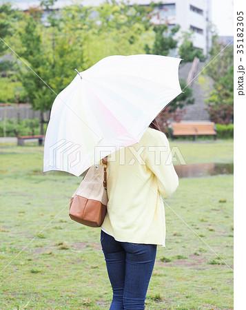 公園で傘をさす女性の後ろ姿 35182305