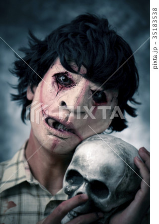scary disfigured man with a skullの写真素材 [35183538] - PIXTA
