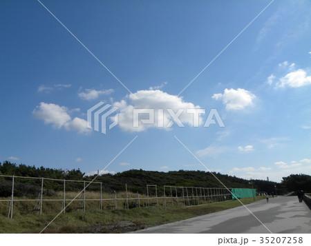 稲毛海岸海岸道路の上の秋の青空に白い雲 35207258