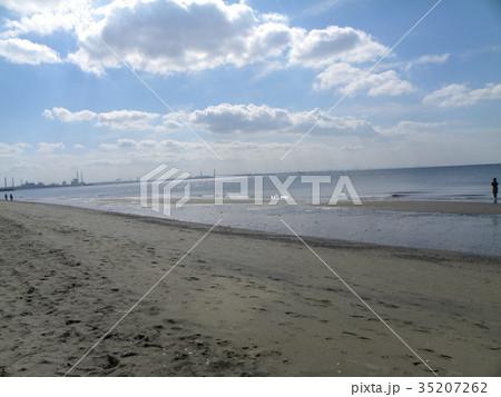 稲毛海岸の上の青空と白い雲 35207262