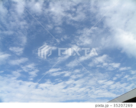 秋の検見川浜の青空と白い雲 35207269