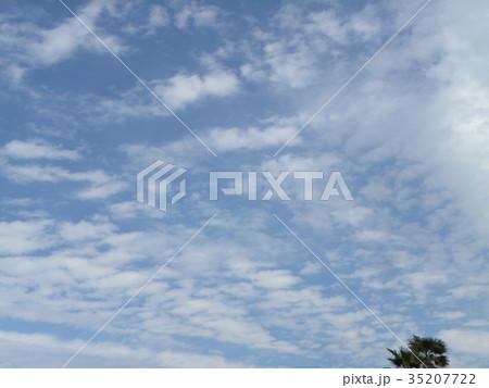 秋の検見川浜の青空と白い雲 35207722