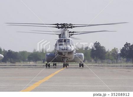 厚木基地航空ショーで離陸のため滑走路に向かう在日米軍のCH-46Eシーナイト輸送ヘリコプター 35208912