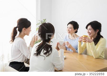 お茶を飲むミドル女性たち 35222050
