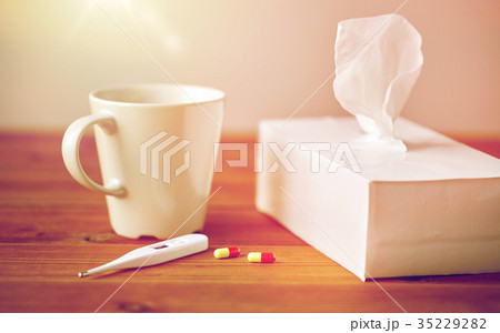 cup of tea, paper wipes and thermometer with pillsの写真素材 [35229282] - PIXTA