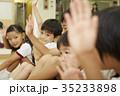 体操教室 指導 話を聞く子供たち 35233898