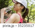 休憩をするスポーツウェアの女性 35235017