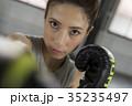 ボクシングをする女性 35235497