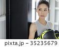 ボクシングをする女性 35235679