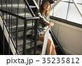 スケーターファッションの女性 35235812