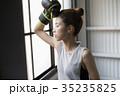 ボクシングをする女性 35235825