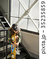 スケーターファッションの女性 35235859