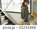 スケーターファッションの女性 35235866