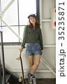 スケーターファッションの女性 35235871
