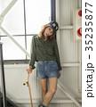 スケーターファッションの女性 35235877