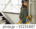 スケーターファッションの女性 35235887