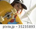 スケーターファッションの女性 35235893