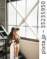 スケーターファッションの女性 35235950